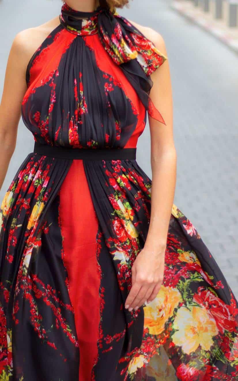 שמלה אדומה מיוחדת